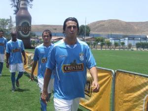 Uruguayo González con la nueva camiseta cervecera 2009.